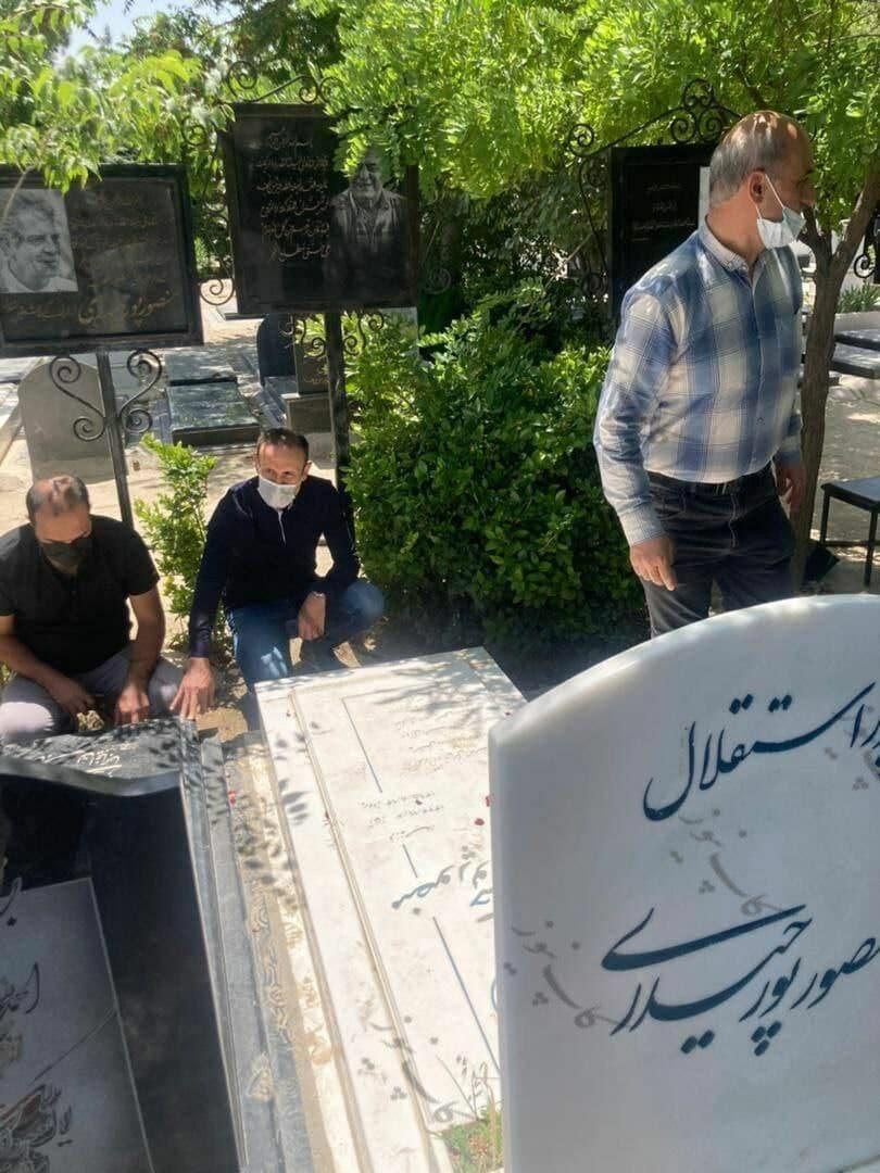 گل محمدی بر سر مزار ناصر حجازی و منصور پورحیدری