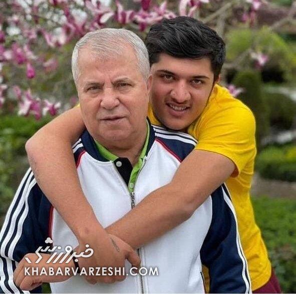 علی پروین در کنار نوه فوتبالیستش