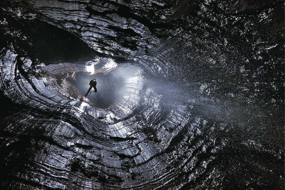 کشف مسیر اتصال یک غار نمکی در قشم