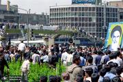 تصاویر منتشر نشده از عزاداری مردم هنگام شنیدن خبر ارتحال امام خمینی(س) در میدان انقلاب تهران