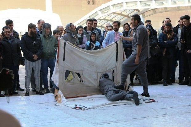 اجرای محیطی تئاتر فجر در ایوان انتظار تهران در حال اجرا است
