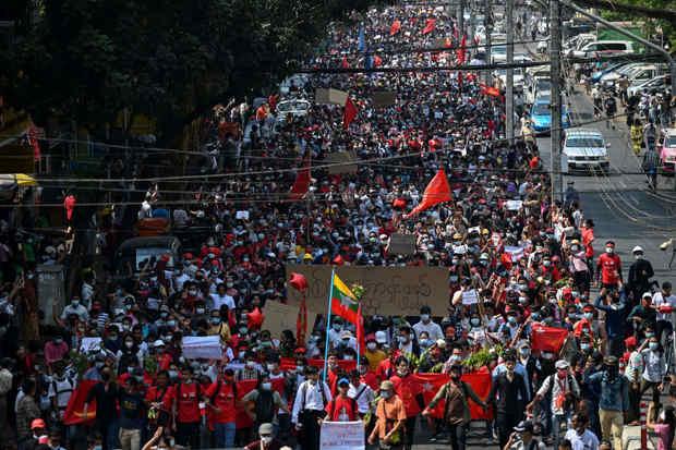 گسترش اعتراض های مردمی به کودتای ارتش میانمار
