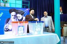 سید حسن خمینی با حضور در حسینیه جماران رأی خود را به صندوق انداخت