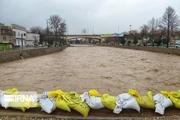 سیلاب از قسمت نیمه تمام دیواره حفاظتی رودخانه وارد پلدختر می شود