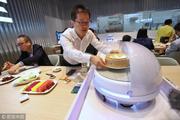 سرو غذای مشتریان با کمک گارسون رباتیک+ عکس