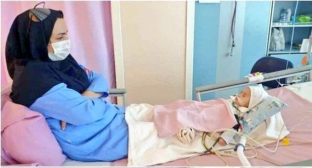 عکسی از مراقبت یک پرستار از نوزادی که تازه قلبش عمل شده است
