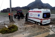 نجات مادر باردار از محاصره سیلاب در قلعهگنج