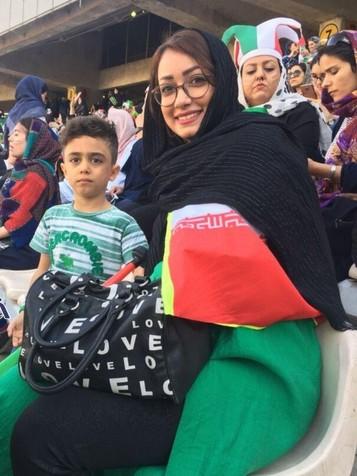 مادر و پسر روی سکوهای استادیوم آزادی/ عکس