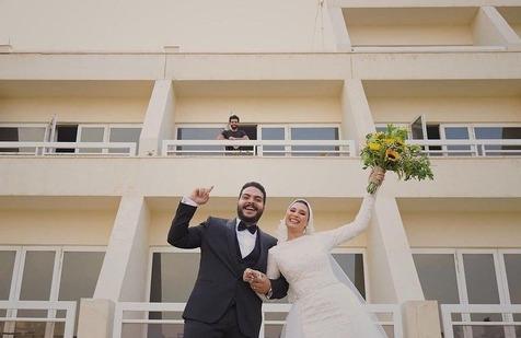 عکس جالب عروس و داماد مصری با محمد صلاح در قرنطینه