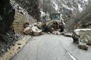 ریزش کوه چند راه روستایی در طرقبه شاندیز را مسدود کرد
