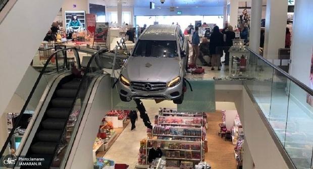ورود خودرو به یک مرکز خرید+ تصاویر