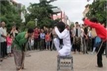 """اجرای نمایش خیابانی """"زنجیر"""" در لاهیجان"""
