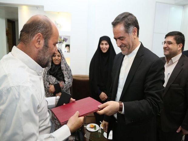 استاندار چهارمحال و بختیاری با خانواده شهدا  و آزادگان دیدار کرد