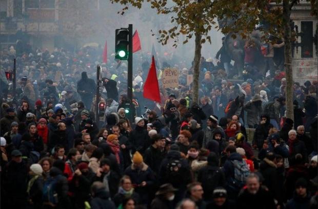 اعتصاب علیه سیاست های دولت فرانسه وارد دومین روز خود شد