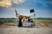 تصویری زیبا از کودکان عراقی که با همه امکانات خود به پذیرایی از زوار حسینی میپردازند