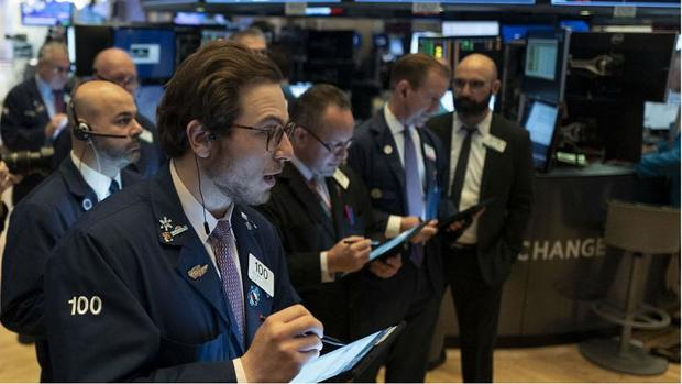 آمریکاییها به دلیل کرونا ۱۲۰۰ دلار کمک هزینه دریافت میکنند/محرک مالی آمریکا بازارهای مالی جهان را تکان داد