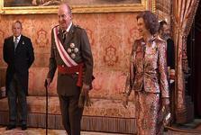 پادشاه اسپانیا خودش را تبعید می کند