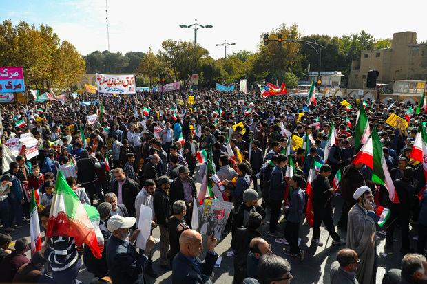 جمعی از مردم و مسئولان اصفهان :۱۳ آبان نماد استمرار مقابله با استکبارستیزی است