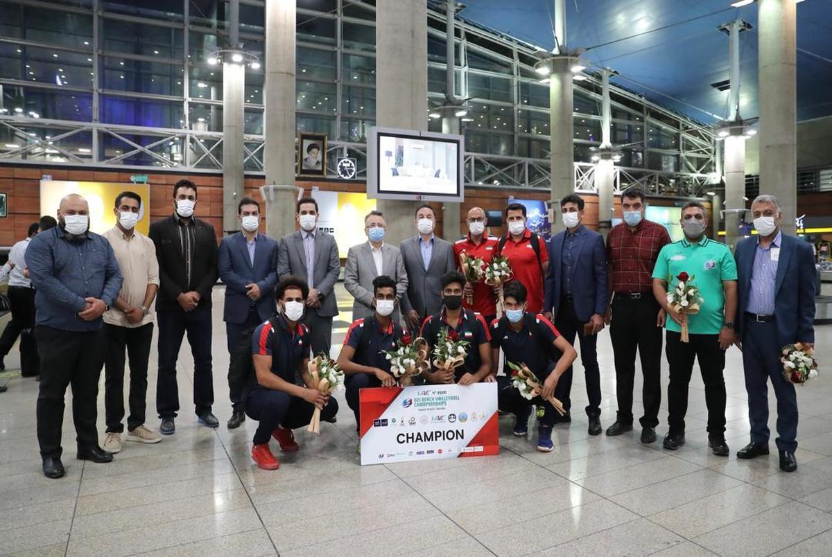 مراسم استقبال از قهرمانان والیبال ساحلی در فرودگاه + تصاویر