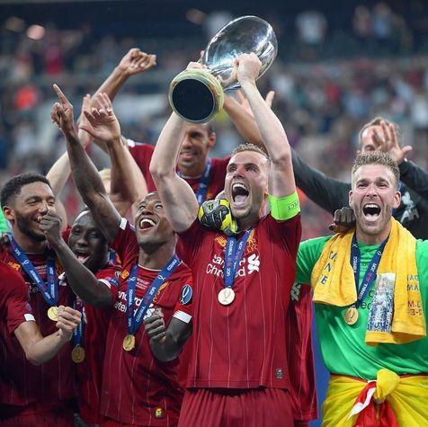 لحظه بالا بردن جام قهرمانی سوپرکاپ اروپا توسط هندرسون + فیلم