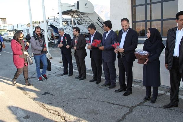 مسئولان با دسته گل به استقبال مهمانان نوروزی در فرودگاه رفتند