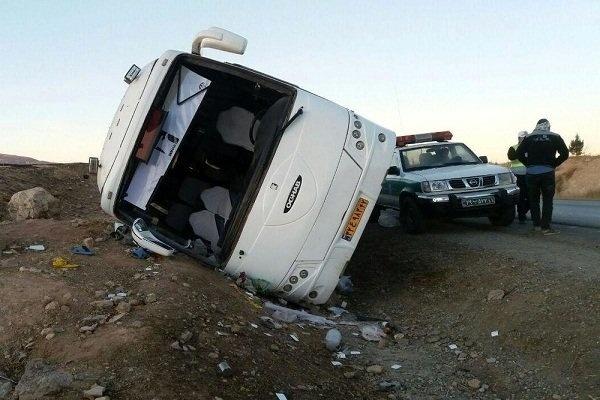15 مصدوم در برخورد اتوبوس با دیواره کوه در چالوس