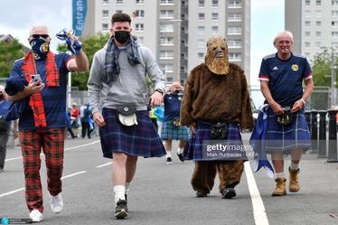 گزارش تصویری از هواداران یورو 2020| از کتابخوان اسکاتلندی تا فرانسوی خروس به سر!