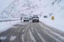 بارش برف و تگرگ سبب لغزندگی جاده کرج  - چالوس شد