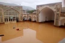 مردم و مسئولان برای تخلیه سیلاب از مسجد کبود کلات بسیج شدند