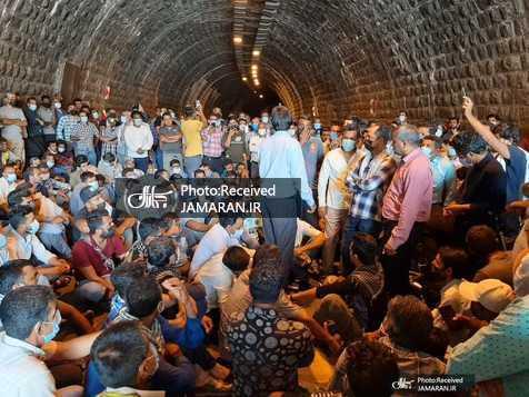 تحصن کارگران معترض منوجان کرمان در جاده بندرعباس-کرمان+ عکس