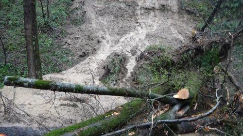 راه دسترسی به 10 روستای هزارجریب نکا مسدود شد