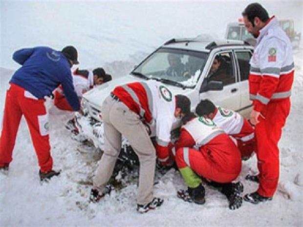 گرفتاران در برف جاده های خراسان رضوی امدادرسانی شدند