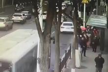بلعیده شدن اتوبوس پر از مسافر در شهر شینینگ در غرب چین