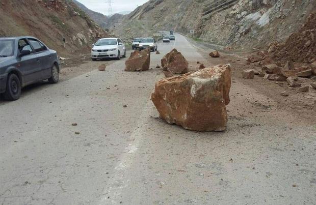 راه بسته شده زاهدان - بم ناشی از ریزش کوه بازگشایی شد