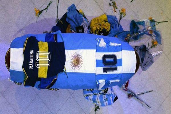 مراسم خداحافظی آرژانتینی ها با مارادونا/ اسطوره به خاک سپرده شد +فیلم و عکس