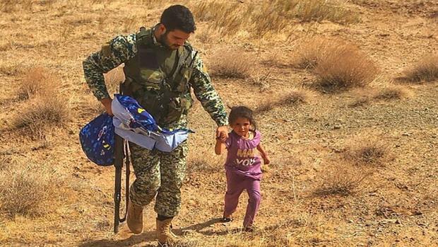 ماجرای پناه آوردن کودک افغانستانی به تکاور ایرانی تکذیب شد + عکس